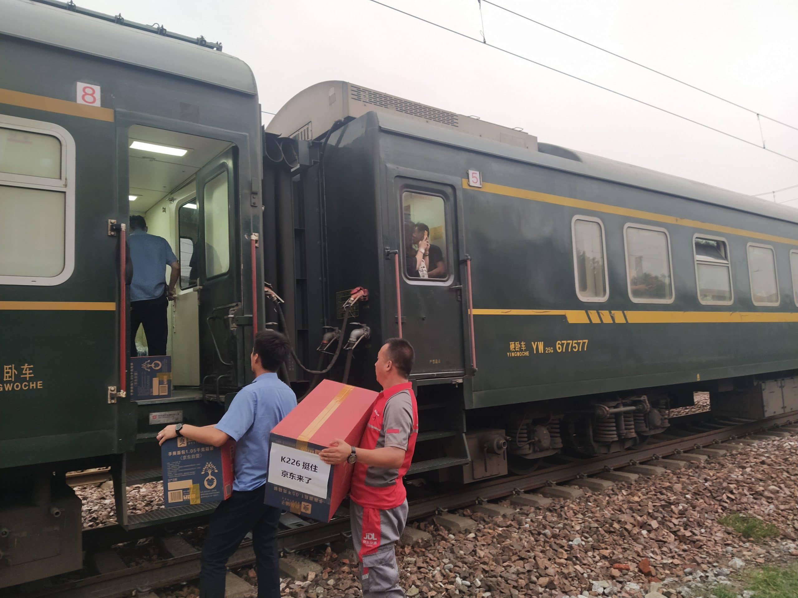 Donations from JD's Warehouses in Henan Reach Stranded Passengers and Hospital Patients